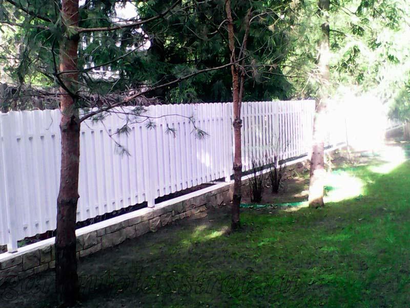 Забор из белого евроштакетника на ленточном фундаменте